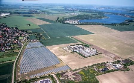 Solarpark Weißenfels von Green City Energy im Hintergrund geflutete Tagebaurestlöcher