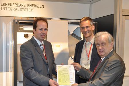 Im Rahmen der Passivhaustagung in Hannover konnte STIEBEL-ELTRON-Produktmanager Norbert Markus (links) das begehrte Passivhaus-Zertifikat aus den Händen von Institutsgründer Prof. Dr. Wolfgang Feist (rechts) und Dr. Berthold Kaufmann (Mitte) entgegennehmen