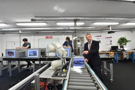 Prof. Dr. Norbert Gronau im Anwendungszentrum 4.0 (Foto: Karla Fritze)
