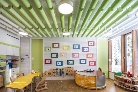 Ein gutes Beispiel, wie Melapor nicht nur die Akustik verbessert, sondern auch als dekoratives Element dient. Hier in einer Kindertagesstätte in Luxemburg / Fotos: Caparol Farben Lacke Bautenschutz