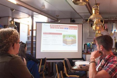 Während des Segelseminars müssen die Teilnehmer Referate halten / Foto: Philipp Stedem/Wirtschaftswissenschaften TU Kaiserslautern