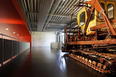 Technische Inhalte wirken in einem technisch anmutenden Umfeld äußerst authentisch: Der Industriecharakter des Gebäudes erfährt im Boden eine Potenzierung