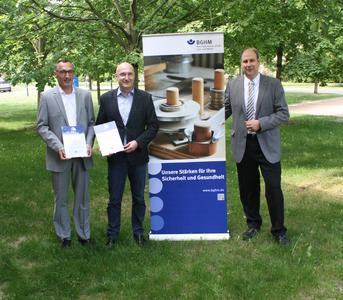 (Von links): Sven Krüger (SES Energiesysteme GmbH) und Jan Kolmann (Metallbau JanKo Adamczyk GmbH) erhielten die Gütesiegel-Urkunde von BGHM-Experte Peter Mäß (Quelle: BGHM)
