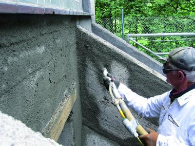 Betonersatz / Egalisierung mit Betofix R4 SR im Spritzverfahren im Abwasserbereich / Bildquelle: Remmers, Löningen