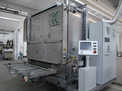 Für die Heißumformung von flächigen und vorgeformten Komposite-Halbzeugen zu Hochleistungs-Bauteilen erwärmen Umluftöfen von HK Präzisionstechnik thermoplastische Verbundwerkstoffe homogen, schonend und energiesparend.