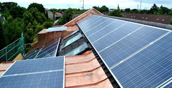 Solaranlage von Bayerns erstem Altbau-Energieüberschusshaus geht ans Netz