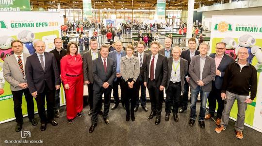 Die feierliche Eröffnung der RoboCup German Open nahm Oberbürgermeister Lutz Trümper (6.v.l.) in Magdeburg vor, hier im Kreis der Sponsoren / Foto: Andreas Lander