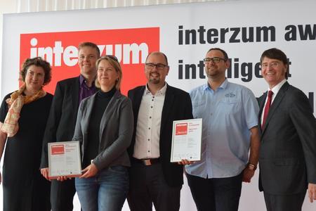 """Frank Meyrahn, Geschäftsführer der Neelsen GmbH (4.v.l.), nahm zusammen mit Vertretern aus dem Hause 3H Lacke den """"interzum award"""" in der Kategorie Hohe Produktqualität – Rubrik Design und Oberfläche entgegen. Bildquelle: 3H Lacke, Hiddenhausen"""