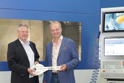 Kurtz Ersa CEO, Rainer Kurtz und IZW Geschäftsführer, Ralf Reich, bei der Schlüsselübergabe