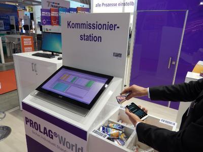 Besucher testeten die Warehouse-Management-Software PROLAG®World selbst: Sie kommissionierten Süßigkeiten per Smartphone oder Scanner. Bestandsänderungen und Warenbewegungen wurden in Echtzeit über das Internet am angeschlossenen Dashboard angezeigt