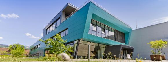 Die markante Firmenzentrale von LASERLINE ist seit zehn Jahren das Wahrzeichen der Berliner Druckerei / Quelle: Daniel Isbrecht, LASERLINE