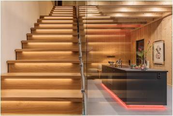 Gekonnt gesetztes Licht unter den Treppenstufen, das sich dimmen und über Szenen automatisch aktivieren lässt / Bild: Connected Comfort