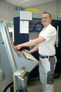 Erfahrene Mitarbeiter bedienen die hochmodernen cara Fräsmaschinen in Hanau. CNC-Maschinenbediener Daniel Link kennt den Umgang mit sensiblen Materialien und anspruchsvollen Geometrien aus seiner Arbeit bei Heraeus Quarzglas