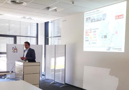 Prof. Jasperneite erläutert den Teilnehmern die Aktivitäten rund um Industrie 4.0 in Lemgo (Foto: © Fraunhofer IOSB)