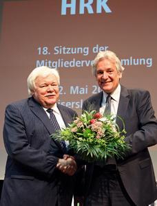 Der Wahlleiter Dr.-Ing. Thomas Kathöfer gratuliert Professor Horst Hippler zur Wiederwahl als HRK-Präsident (Foto: TU Kaiserslautern)