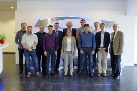 Teilnehmer der Auftaktveranstaltung bei YADOS in Hoyerswerda. Tilo Hesselbarth, Projektleiter YADOS (2.v.l.); Markus Telian, Leiter Forschung und Entwicklung Hoval Gruppe (3.v.l); Dr. Carsten Magaß (5.v.l.); Prof. Dr.-Ing. Frank Fitzek (6.v.l); Dipl.-Ing. Karl Eugen Wolffgang, Promotion im Projekt TEK-EKG (3.v.r); PD Dr.-Ing. habil. Joachim Seifert (2.v.r), Prof. Dr.-Ing. Peter Schegner (1.v.r)