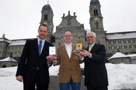 Von links: Dr. Louis-Paul Wicki (CEO Crealogix E-Business AG), Helmuth Fuchs (Geschäftsführer Stiftung Pro Kloster Einsiedeln) und Gottfried Weber (Direktionspräsident SZKB) mit den zwei Auszeichnungen