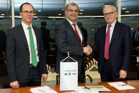 Alexander Parfinovich, CEO von Naco Technologies, Dr. Yashar Musayev, Leiter Kompetenzzentrum Oberflächentechnik bei Schaeffler, und Professor Valery Mitin, Mitgründer von Naco (v.l.n.r.) freuen sich nach Abschluss der Vertragsverhandlungen auf die künftige Zusammenarbeit