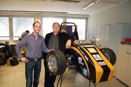 Megatech-Geschäftsführer Jochen Thoss mit einem Mitglied des Rennteams