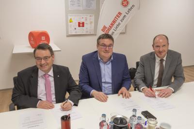 Bild (vor Corona aufgenommen) v.l.n.r: Martin Steinkirchner (Regionalvorstand der Johanniter in Ostbayern), Jens Bögl (Leiter Personalbetreuung der Firmengruppe Max Bögl), Christian Lang (Leiter Ausbildungszentrum)