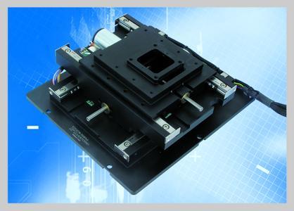 Integriert in einen Messaufbau, z.B. in einem Weißlichtinterferometer,  fährt der M-900KOPS präzise XY-Scans mit hoher Geschwindigkeit. Hier wurde eine Probenhalterung von 30 x 30 mm realisiert.