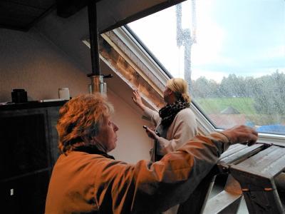Gudrun Pötter-Wilde (links) und ihre Tochter Sandra Pötter sind froh, sich nach Hinweisen von Bekannten für das Dachschiebefenster und gegen einen Balkonanbau entschieden zu haben / Foto: Perfect Sound PR