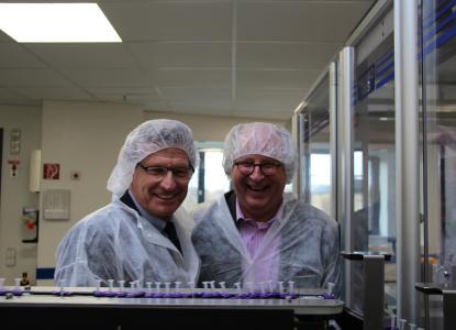 medac-Geschäftsführer Jörg Hans mit Schleswig-Holsteins Minister Dr. Bernd Buchholz bei der Besichtigung in der Herstellung