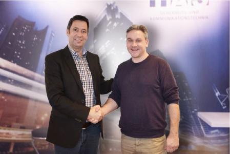 Der Vertrag ist unterzeichnet: Frank Lisges, Geschäftsführer der TAS (links), Marc Gröppmair, Leiter der neuen TAS Niederlassung SüdWest (rechts)