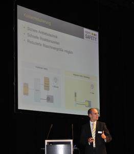 EPSG-Vorsitzender Stefan Schönegger referiert über die Potenziale für Performancesteige-rung und Kostenreduktion von POWERLINK und openSAFETY. Dieses Thema beherrschte die im Oktober und November 2011 erfolgreich durchgeführten European Industrial Ethernet Conferences