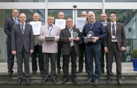 """Die """"Lieferanten des Jahres 2011"""" nach der Auszeichnung: (hinten von links nach rechts) Timotheus Hofmeister (kaufmännischer Geschäftsführer der TRAC-TO-TECHNIK), Theodor Frei (Geschäftsführer der TFW-Fahrtechnik AG, Schweiz), Wolfgang Plaum (Verkaufsleiter der UMO Utsch GmbH, Siegen), Fritz Leiße (Geschäftsführer der Fr. Leiße GmbH & Co. KG, Siedlinghausen), Meinolf Rameil (technischer Geschäftsführer der TRACTO-TECHNIK) (vorn von links nach rechts) Jürgen Schumacher (Leiter strategischer Einkauf/operativer Einkauf der TRACTO-TECHNIK), Anton Böni (technischer Mitarbeiter der TFW-Fahrtechnik AG, Schweiz), Karl-Erich Flick (Außendienstmitarbeiter der UMO Utsch GmbH, Siegen), Arnold Schmidt (Abtei-lungsleiter der Fr. Leiße GmbH & Co. KG, Siedlinghausen), Sascha Schöls (Leiter strategischer Einkauf/Projekteinkauf der TRACTO-TECHNIK)"""