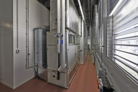 Braucht nicht viel Platz: Die kompakte Klimatechnik ist auf kleinstem, aber begehbaren Raum unterbracht