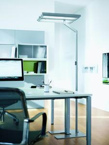 Leuchtet einen Doppelarbeitsplatz effizient aus: Die neue LED Stehleuchte TYCOON von Waldmann.