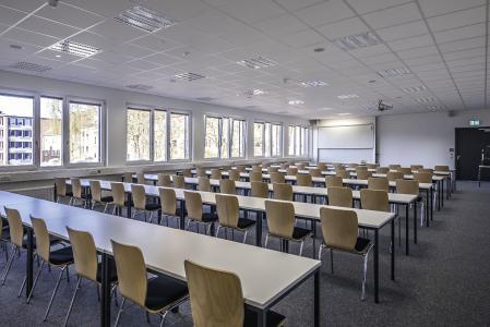 großzügiger und von Licht durchfluteter Seminarraum an der Universität Kiel