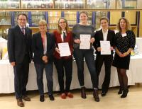 Bei den angehenden Hotelkaufleuten konnten sich Mareile Meyer (v.l.), Hannah Salzig und Janna Ubben gegen die Konkurrenz durchsetzen, Foto: Gebhard/ Region Hannover
