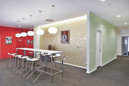 Freundlichkeit und Moderne: Formen und Materialien schaffen eine einladende Atmosphäre (Foto: Caparol Farben Lacke Bautenschutz/Martin Duckek)