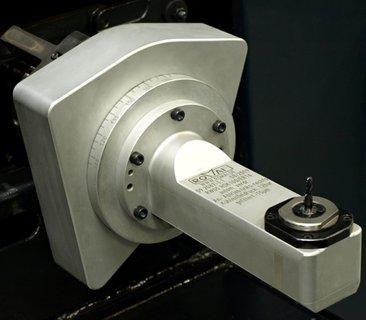 Romai-1004-kühlmittelgesteuerte Winkelköpfe-Bitzer-Bild2:Bei manueller radialer Verstellung des Winkelkopfes mussten die Schrauben gelöst und der Winkel nach der eingezeichneten Skala eingestellt werden. Diesen zeitraubenden Aufwand übernimmt nun der Kühlmitteldruck innerhalb einer Sekunde.