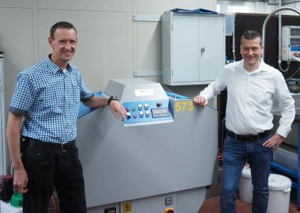 Haben die Werkzeug-Poliermaschine ME-4 bei Schuhl & Co.  erfolgreich eingeführt: Betriebsleiter Christian Wiese (links) und Markus Pohl von MAW