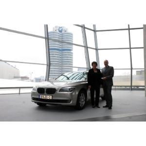 Bayerische Landtagspräsidentin Barbara Stamm bei der Übernahme ihres neuen Dienstwagens BMW 730Ld von Karsten Engel, Leiter Vertrieb Deutschland der BMW Group, am 13.04.2010 in der BMW Welt in München