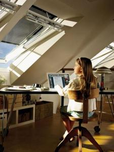 Hitzeschutz-Markisen für VELUX Dachfenster verhindern, dass sich Dachräume im Sommer zu sehr aufheizen. Frische Luft und guter Ausblick sind dennoch immer möglich. Sogar solarbetriebene Varianten mit Fernbedienung sind erhältlich. Foto: VELUX Deutschland