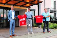 Auch im Jahr 2022 ziert das FingerHaus-Logo die Pre-Match-Shirts der MT Melsungen: FingerHaus-Marketingleiter Lukas Tauschwitz (links), MT-Vorstand Axel Geerken (mitte) und Thomas Ochse (rechts), Verantwortlich für den Bereich Sponsoring bei FingerHaus.