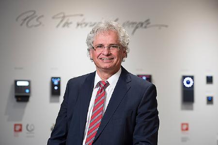 Walter Elsner, Geschäftsführer PCS Systemtechnik GmbH, zeigt sich mit dem Ergebnis  zufrieden und erwartet für das nächste Geschäftsjahr ein stabiles Wachstum, vor allem im Dienstleistungsbereich