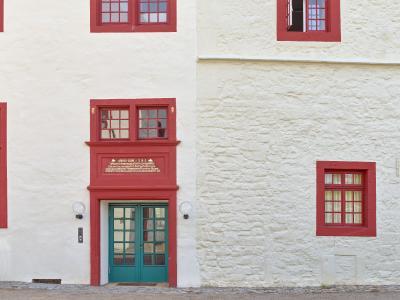 Ein großer Teil der Fassadenflächen bestand aus unverputztem, jedoch mit Silikonharz gestrichenem Bruchsteinmauerwerk. Nach der Reinigung, Fugensanierung und Aufbringen einer Sumpfkalkmörtelschlämme folgte das Streichen mit Fassadenkalk.