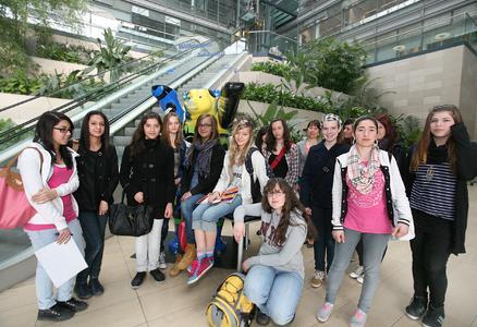 15 Schülerinnen im Alter zwischen 11 und 15 Jahren aus Berlin und Brandenburg bei Toll Collect.