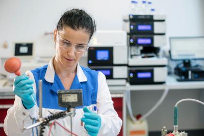 HES wird RENA Additive Manufacturing: Mitarbeiterin entwickelt neue Prozesse im Technology Center in Hirtenberg bei Wien