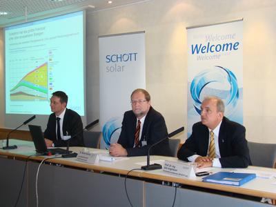 Prof. Dr. Ing. Udo Ungeheur, Vorsitzender des Vorstandes der Schott AG und Dr. Marting Heming, Geschäftsführer und CEO von der Schott Solar (v.r.)  zur Forcierung des Expansionskurses vor der internationen Presse