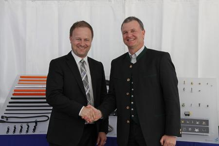 Robert Niedergesäß, Chief Administrative Officer of the Landkreis of Ebersberg (left) and Schlemmer-CEO Josef Minster