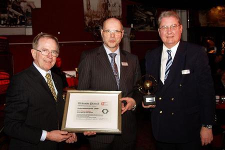 H. Schäfer (mitte), geschäftsführender Gesellschafter der Mail to Print Innovative Briefdistribution GmbH, nimmt die Auszeichnung durch F. Frerich, BVMW (links)  und Dr. H. Kreyenberg, BDSR Bund Deutscher Sachverständige  Rat (r.), entgegen