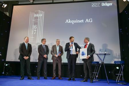 Martin Weber (Mitte) und Thomas Muszal (2.v.r.) von akquinet nehmen die Auszeichnung von Stefan Dräger, Vorstandsvorsitzender Dräger, (ganz rechts) entgegen. Foto: akquinet