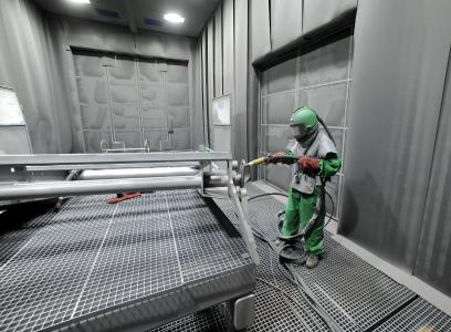 Damit die Grundierung auf glatten Stahlflächen hält, müssen die Flächen durch Sandstrahlen gereinigt warden / Foto: Jürgen Krüger