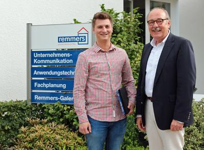 """Der Remmers-Auszubildende Maxim Beifuß schloss im Juli 2015 seine Prüfungen zur Fachkraft für Lagerlogistik mit der Bestnote """"sehr gut"""" ab. Bildquelle: Remmers Baustofftechnik, Löningen"""